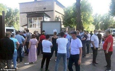 """Neumonía """"desconocida"""" en Kazajstán, familias hacen cola fuera de las morgues"""