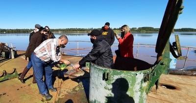 Emplazan a dueño de buque varado ante posible desastre ecológico en Itapúa