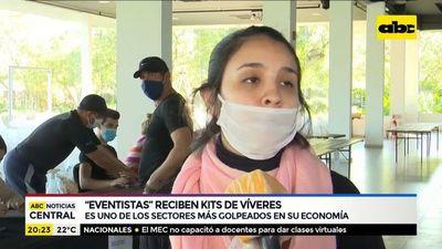 Productores de eventos entregan víveres a trabajadores
