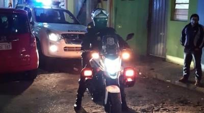 Policías reparten mascarillas y piden conciencia, ante caso positivo de Covid-19 en la Chacarita – Prensa 5