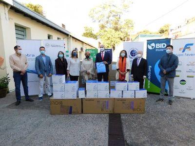 Salud recibe donación de más de 5.000 batas e hisopos de organismos y empresas