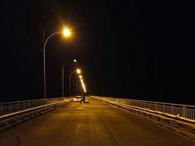 Abandonan una motocicleta, un cuchillo y otras pertenencias sobre el puente Nanawa