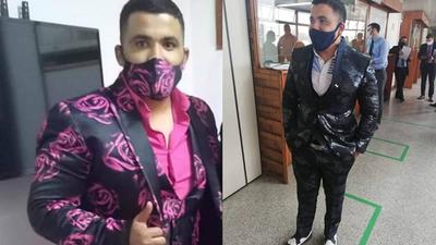 """Abogado """"animal print"""": fue ordenanza de Sandra Quiñónez y su esposa le manda hacer sus trajes"""