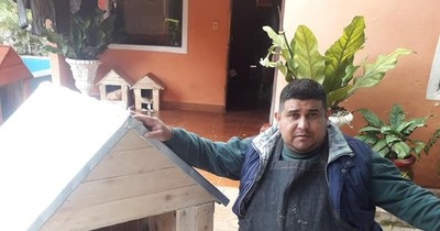 Tras quedar en silla de ruedas aprendió a hacer casitas para perros y las vende por internet