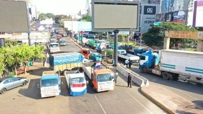 HOY / CDE: Transportistas bloquean acceso de Aduanas y exigen volver a trabajar