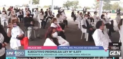 """""""Haz lo que yo digo, no lo que yo hago""""; mientras pide evitar aglomeración, el presidente la permite en el Palacio de López"""