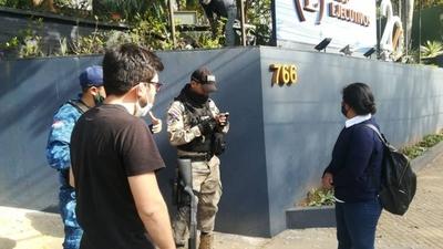 HOY / Motochorros atacan a periodista a plena luz del día en zona top de Asunción