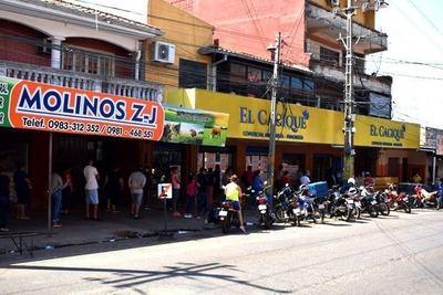 Supermercado cierra tras brote de contagios: 30 empleados dieron positivo al SARS-CoV2