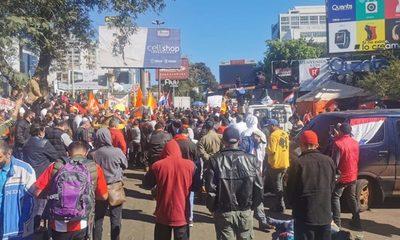 Sin distanciamiento y sin tapabocas, protestan contra la corrupción durante la pandemia