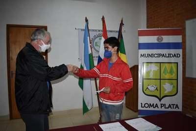 Municipalidad cumple con desembolso de ayuda económica para jóvenes estudiantes