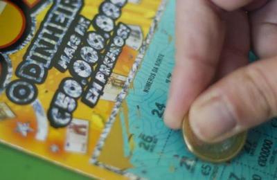Hombre gana dos millones de dólares en la lotería gracias a una confusión del vendedor
