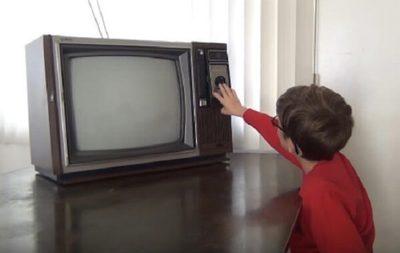 Televisor cae sobre niño y acaba con su vida