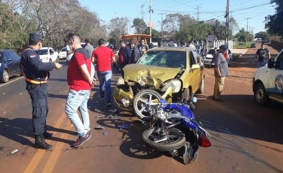 Choque frontal entre motocicleta y un automóvil deja un muerto