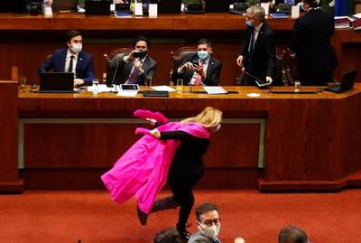 Diputada chilena corre como Naruto para festejar reforma en jubilaciones