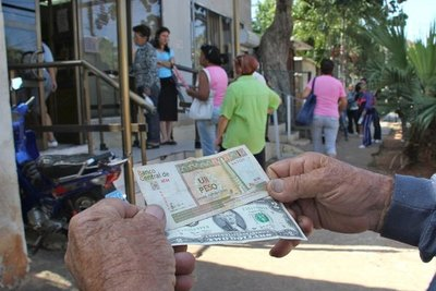 """Cuba levantó los impuestos a las divisas y promueve el uso del dólar para """"rescatar economía"""""""