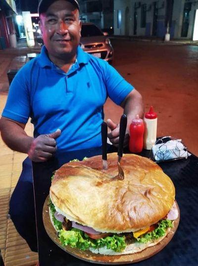 """Por un 500 mil desafían a comer """"fero"""" hamburguesa en local gastronómico de Concepción"""