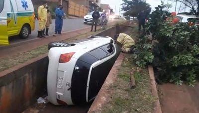 Vehículo cayó a una cuneta en Pedro Juan Caballero