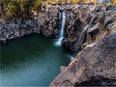 Hallan un cuerpo entre las piedras de una cascada del río Acaray