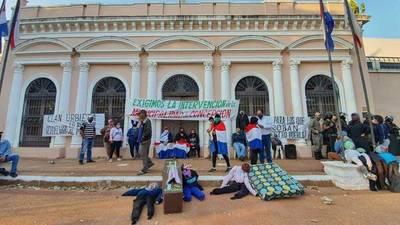 Concepcioneros se encadenan para presionar a Diputados a decidir la intervención municipal