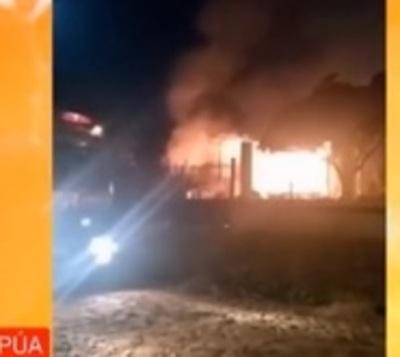 Rescatan a mujer tras incendio de su vivienda